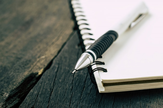 ノートブックと机の上の鉛筆