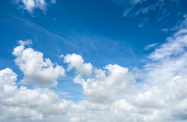 雲の背景と美しい空。