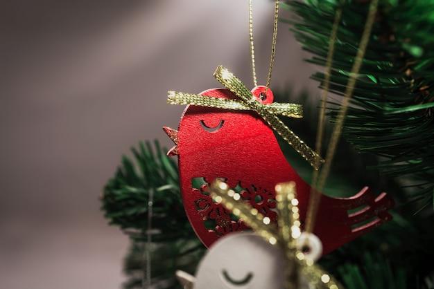 クリスマスツリーのクリスマスの鳥の装飾