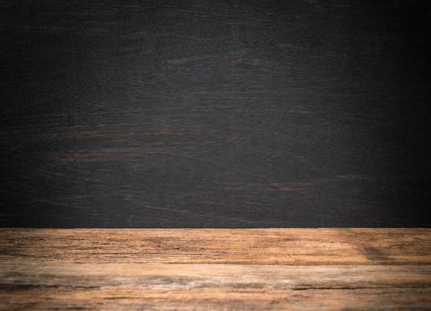 背景の木製テーブルと黒板