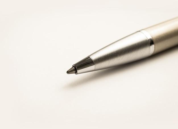 白地に金と銀のビジネスペンをクローズアップ