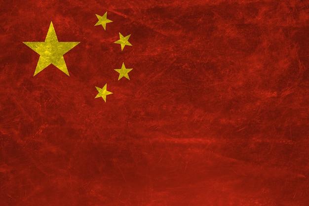 グランジテクスチャと中国の旗。