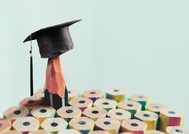 お祝いの卒業生の背景、鉛筆と大学院の帽子の碑文