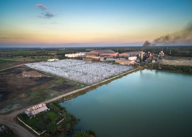 夕方の排水処理による無人機砂糖工場からの航空写真。