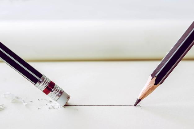 Карандаш рисует прямую линию на бумаге и удаляет ластик с помощью карандашей. концепция бизнеса.