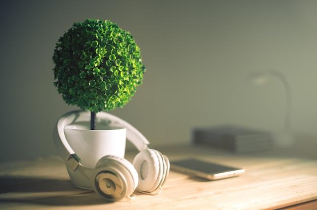 Наушники и искусственное дерево