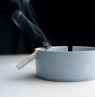 灰皿でたばこ