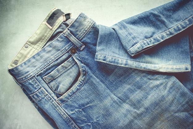 Синие джинсы на фоне гранж.