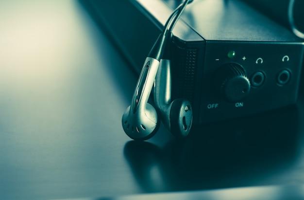 バックグラウンドミュージックと音楽のコンセプトのイヤホンとスピーカーの写真