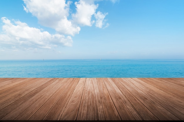 ぼやけた青い海と空の上の木のテーブルトップ