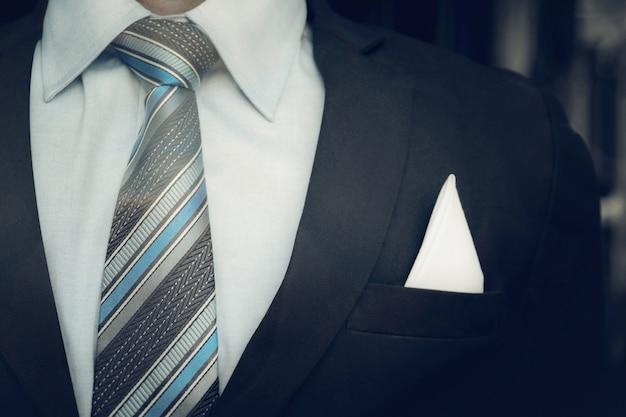 スマートビジネスの男の肖像画はフォーマルなスーツとネクタイを着てクローズアップ。