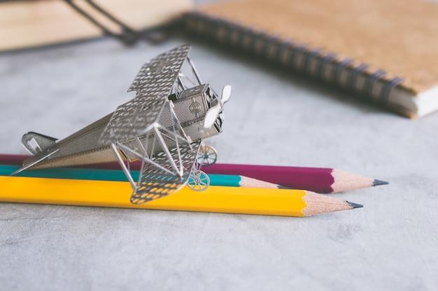 色鉛筆教育学習プランナーの概念と航空機の戦闘機。
