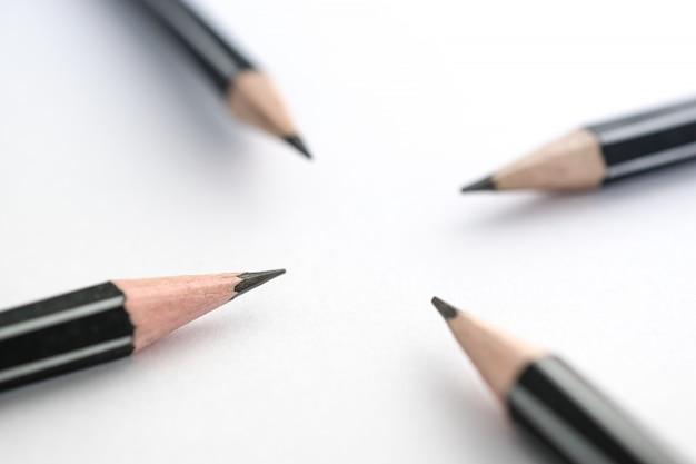 テーブルの上の鉛筆