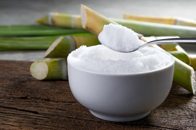 銀のスプーンでグラニュー糖製品の展示やモンタージュの準備ができて空。