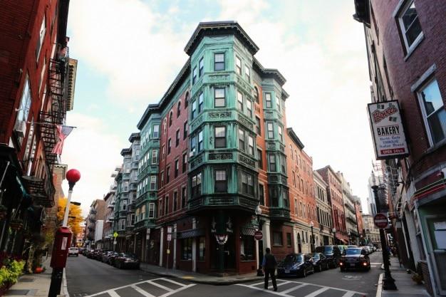 Две улицы и угловое здание