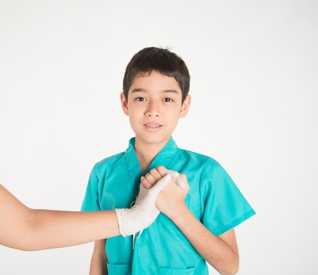 子供と医師の手が心をつないで互いに触れ合う