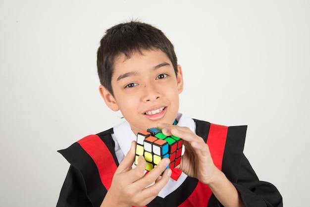 ルービックキューブをしている少年