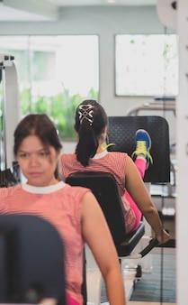 アジアの女性はジムの減量で運動をする