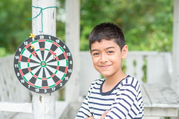 ダーツボード家族の野外活動をしている男の子