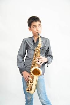 アジアのミュージシャンの少年がジムで遊んで