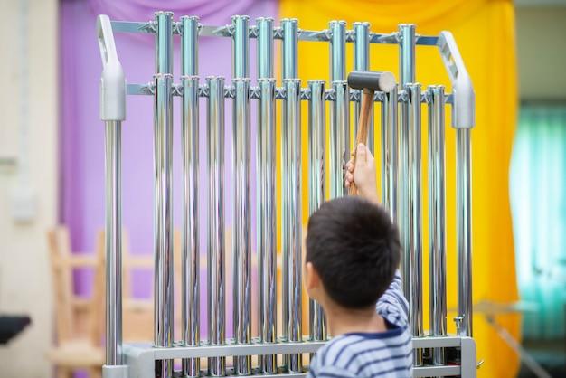 Ученица художественного училища играет на ударном инструменте