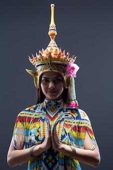 カラフルなビーズから作られたタイ南部の民族舞踊の衣装を着て美しい女性