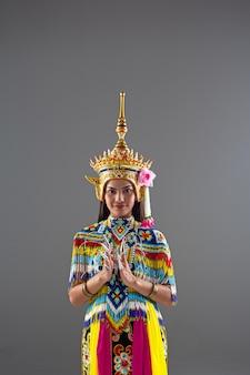 タイ南部民族衣装を着て美しい女性