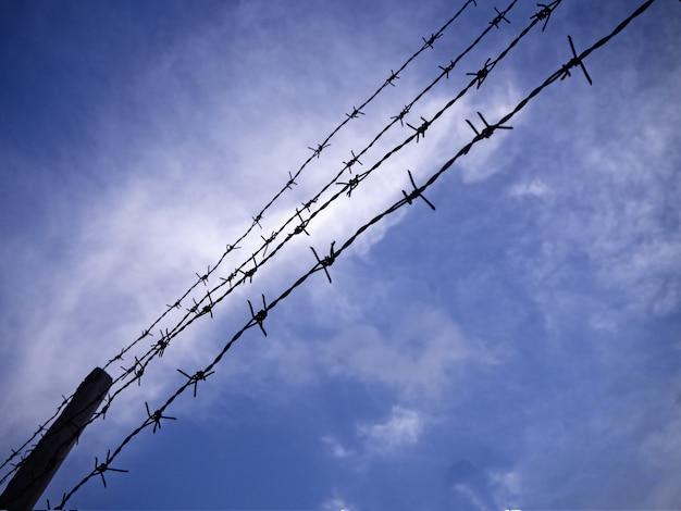 空を背景にラインに積み上げられたシルエット鉄線
