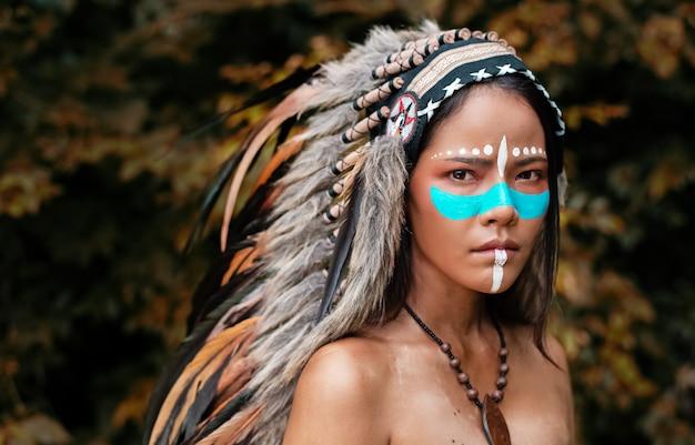 頭飾りの羽を着て美しい女性