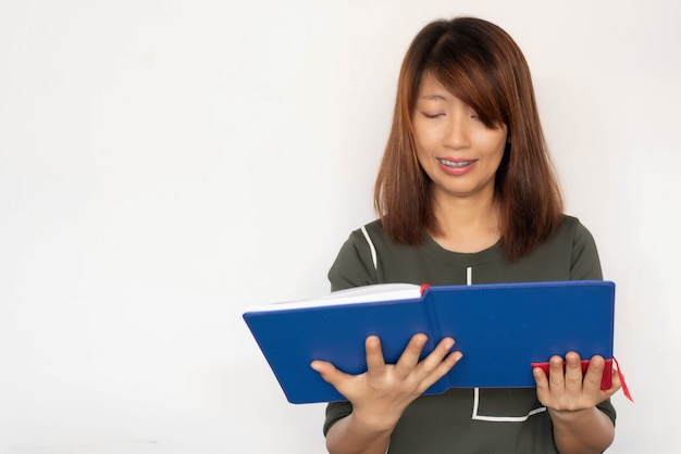 本を手に持って読んで、幸せな気持ちで女性