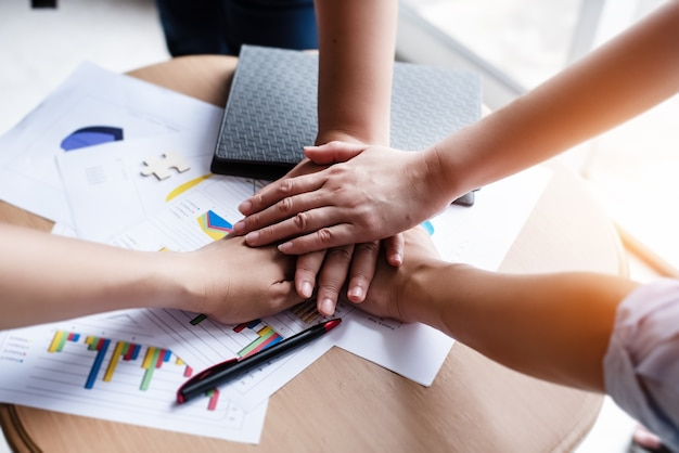 Руки вместе, объединяющие концепции совместной работы, совместный проект,