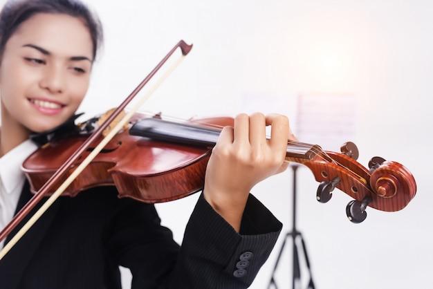 バイオリンの選択焦点は学生が演奏していた