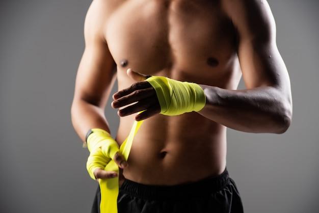 ボクシングハンドラップと結ばれる人間の手の選択と集中に