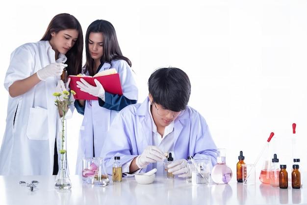実験室で実験を行う科学者、研究者チーム