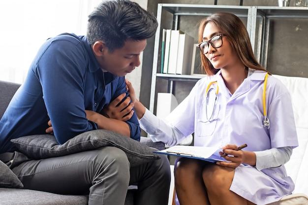精神科医女性がストレスの多い男性患者に相談を行っています