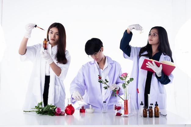 実験室で実験を行う科学者、化学および天然有機抽出物の研究者チーム、実験室試験の芳香族必須研究