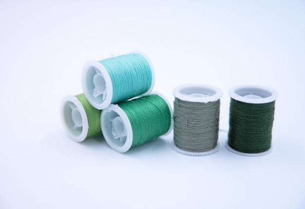 糸巻き、緑色の群、針仕事用、周りにぼやけた光