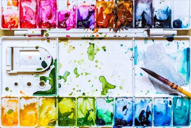ペイントブラシパレットと水彩画の白い紙