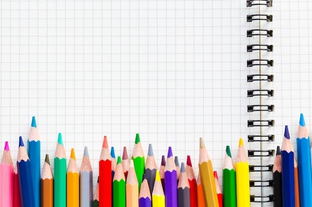 教育コンセプト。白い紙の本のクレヨンやパステル