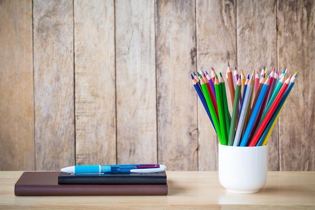 木の背景に学校への教育の概念。木の床