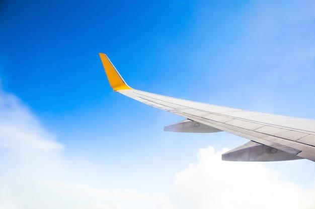 旅行の概念。飛行機の翼のある朝日の出。写真は観光事業者に適用されました。テキストメッセージまたはフレームのウェブサイトを追加するための画像。