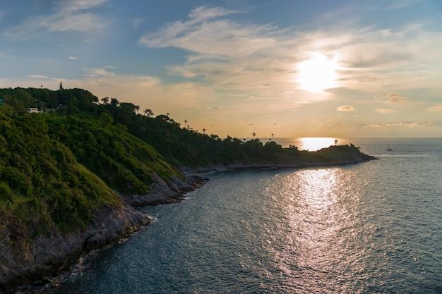 夕日とプーケットプロンテープ岬の空撮、プーケットプロンテープ岬人気の観光スポット、タイ。