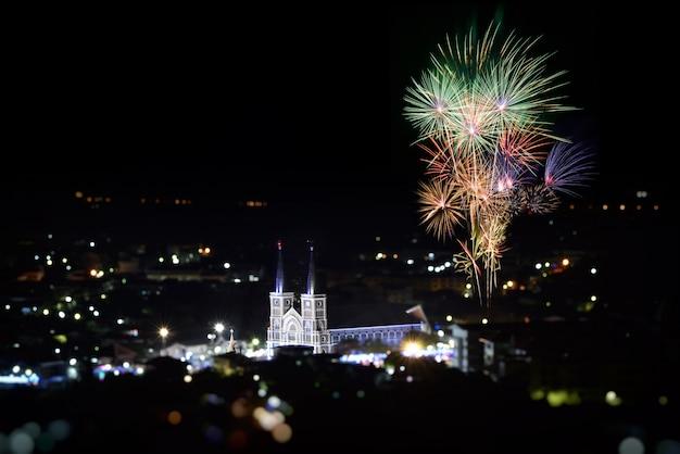 カラフルな花火とカトリック教会