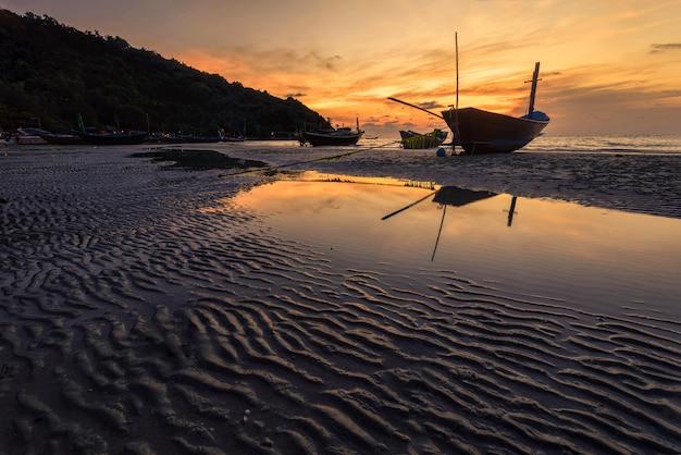 Деревянная лодка рыбака.