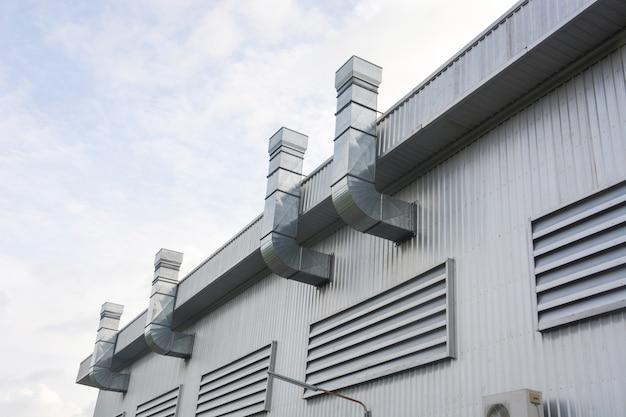 工場の換気ダクトと換気システムを備えた工業用建物の金属板