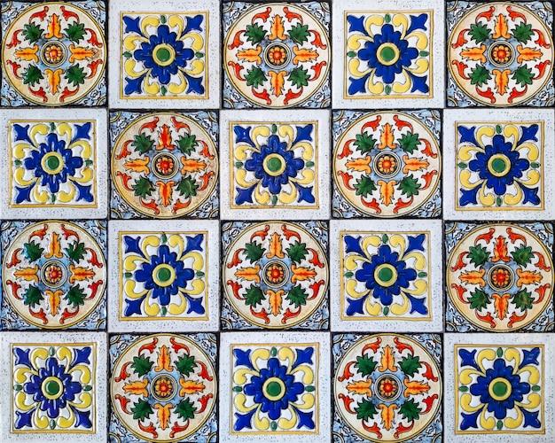 カラフルなビンテージ花柄セラミックタイル壁の装飾