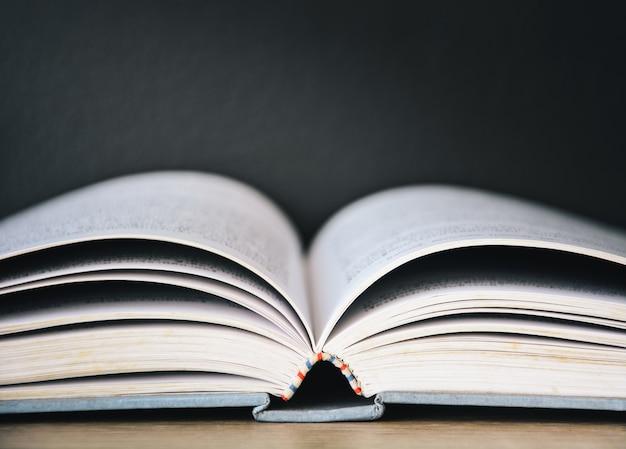 Старая открытая книга