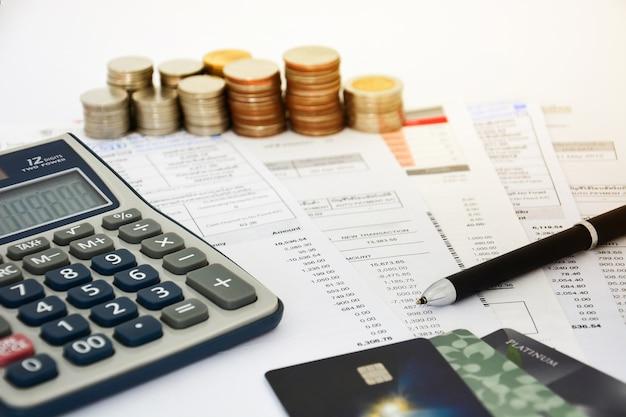 Закройте кредитные карты с заявлениями кредитных карт, монетами и калькулятором