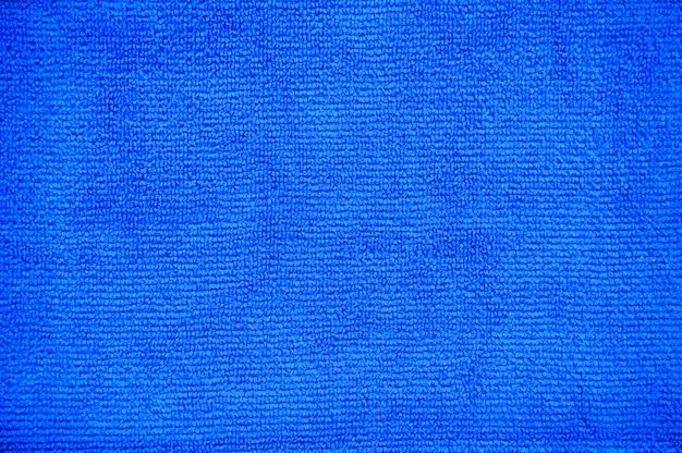 クリッピングパス、折り目多目的青いマイクロファイバークロスのクローズアップ