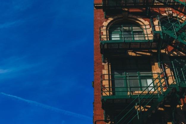ブラウンレンガ造りの建物